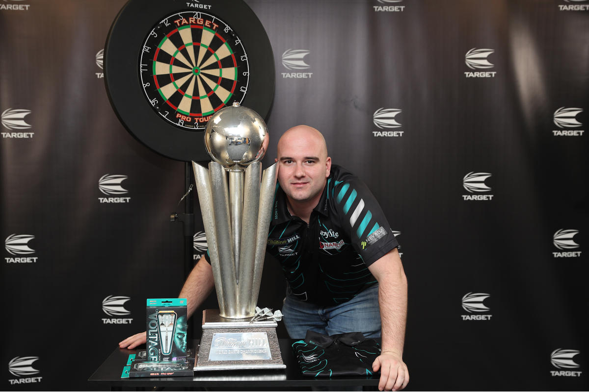 Rob Cross with 2018 World Championship trophy